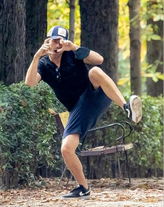 当地时间9月6日,Sebastian Stan现身纽约某公园
