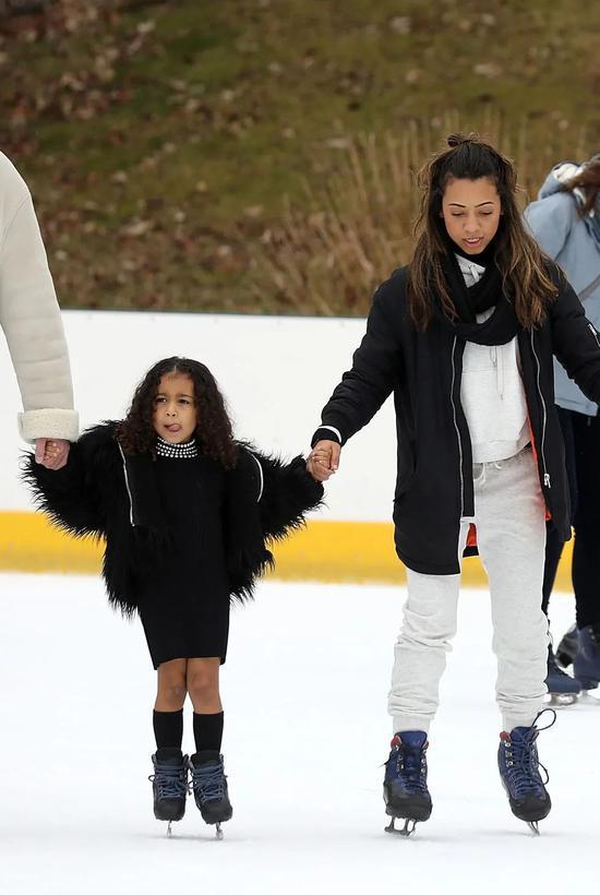 出门溜冰时也要上身皮草外套
