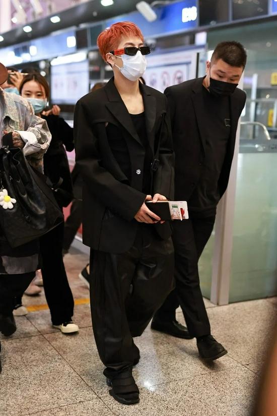 9月5日,王嘉尔现身北京机场