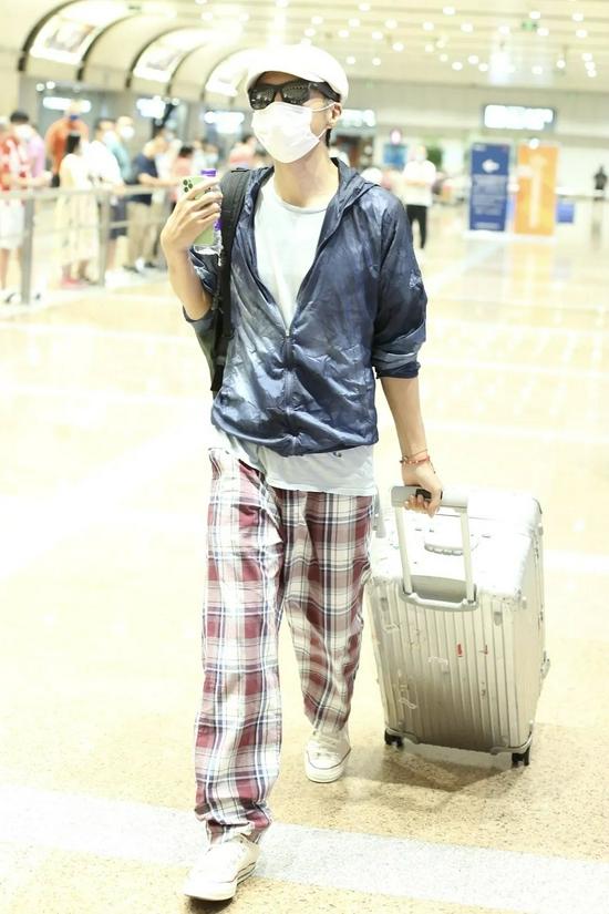 9月5日,朴树现身北京机场