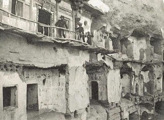▲努埃特拍摄的法国探险队在莫高窟考察洞窟,1908年