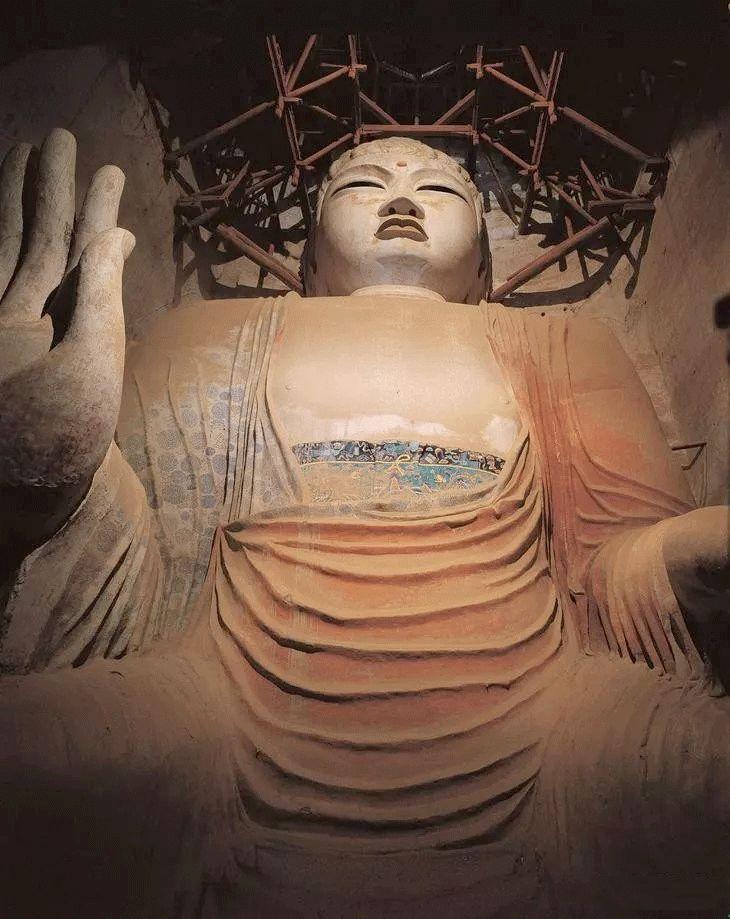 ▲唐莫高窟96窟 弥勒佛莫高窟最大的佛像,塑像于武后时期,因而佛像有一些女性特征。